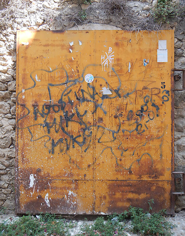 very rusty paint garage door 2