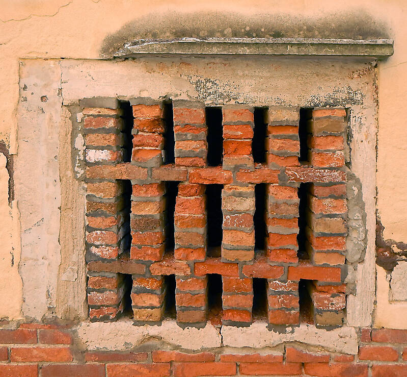 old window from venice 26